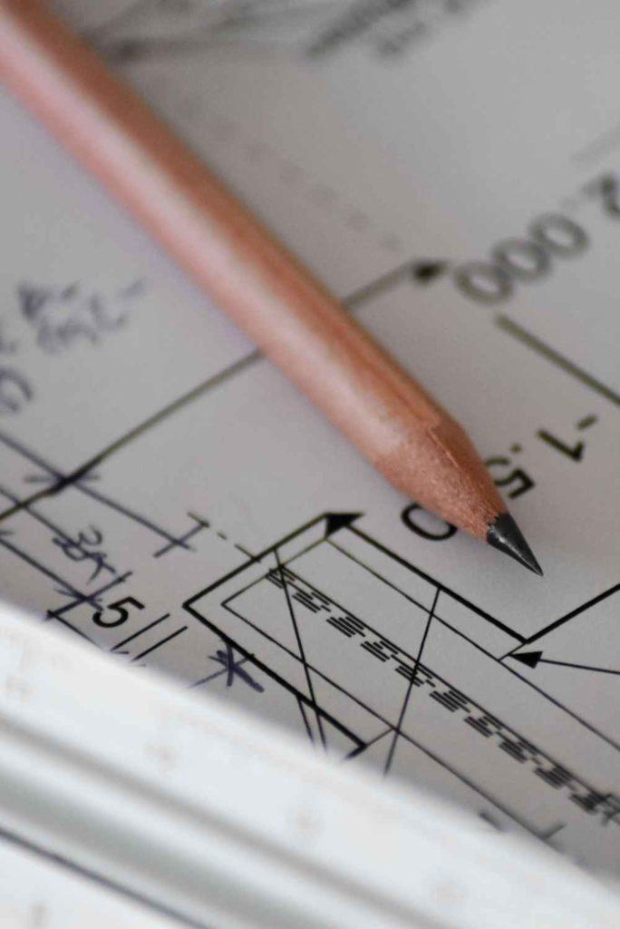 ołówek na rysunkach budowlanych
