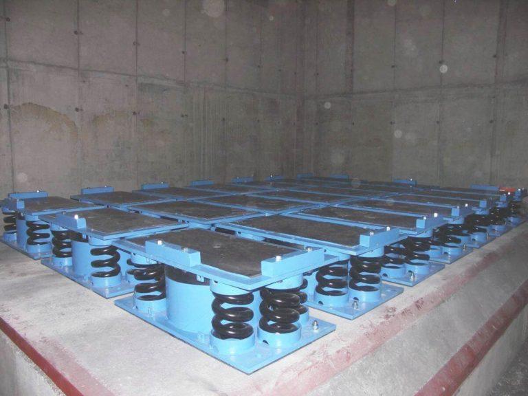 05-kuznia-stalowa-wola-fundament-mlota-matrycowego-mpm-31500b-na-wibroizolacji-sprezynowo-lepkosciowej-montaz