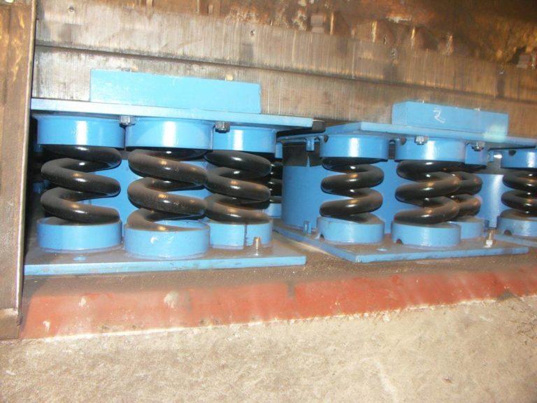 06-kuznia-stalowa-wola-fundament-mlota-matrycowego-mpm-31500b-na-wibroizolacji-sprezynowo-lepkosciowej-montaz