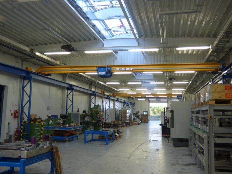 dwie suwnice cztero tonowe na estakadzie podsuwnicowej w hali
